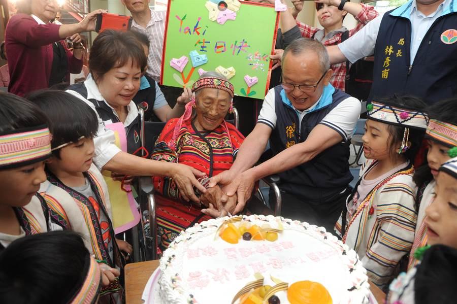 苗栗縣長徐耀昌出席紀綠片發表會,與文面國寶柯菊蘭切蛋糕歡度母親節。(陳慶居攝)