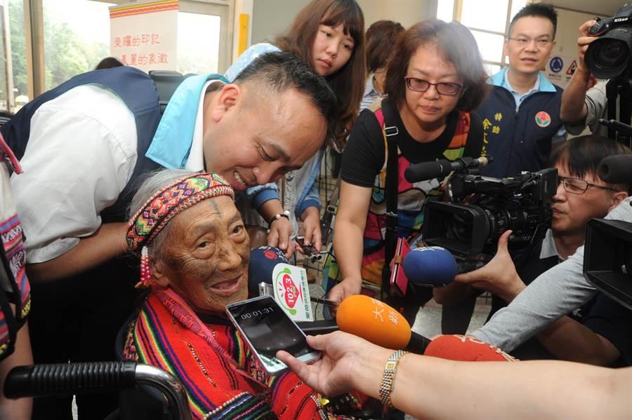柯菊蘭唱一段泰雅古調與來賓分享。(陳慶居攝)