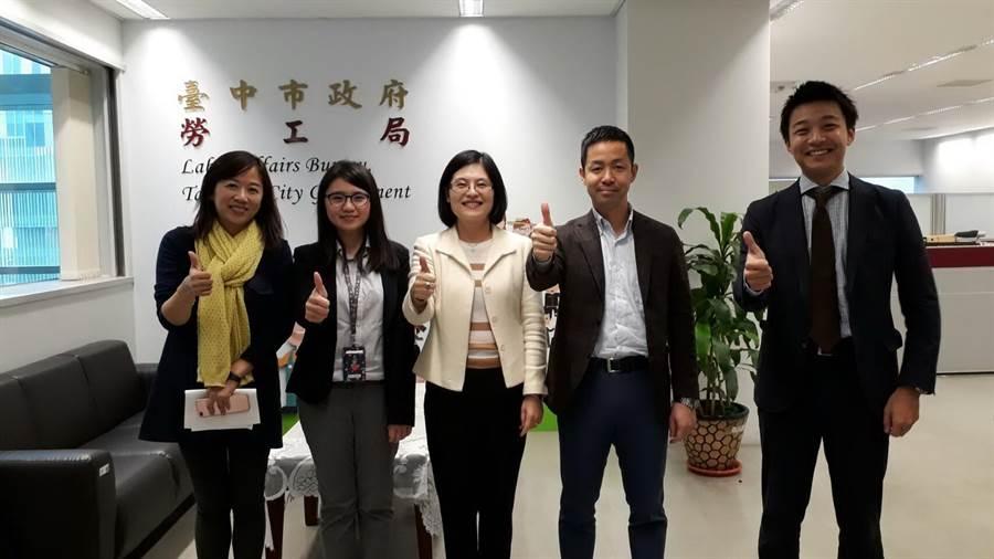 台中市勞工局長黃荷婷(中)表示,台中港三井OUTLET PARK求才專頁,5月1日勞動節正式上線。(盧金足翻攝)