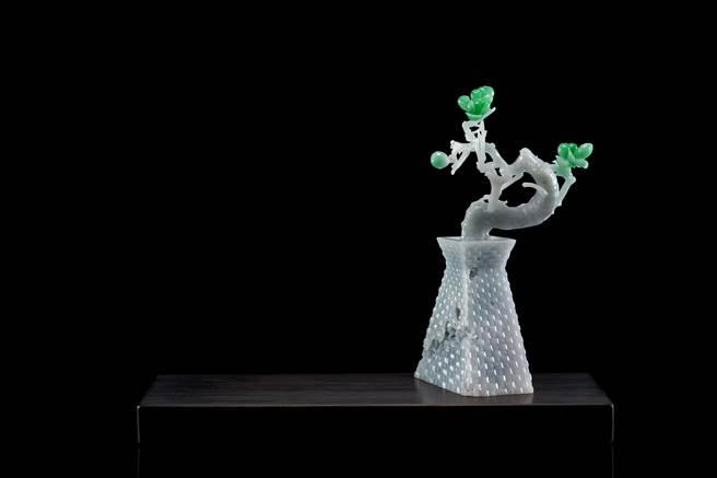 白翡與翡翠雕作「突圍」,玉色不規則的白翡化身仿舊竹編花瓶。(玉世家提供)
