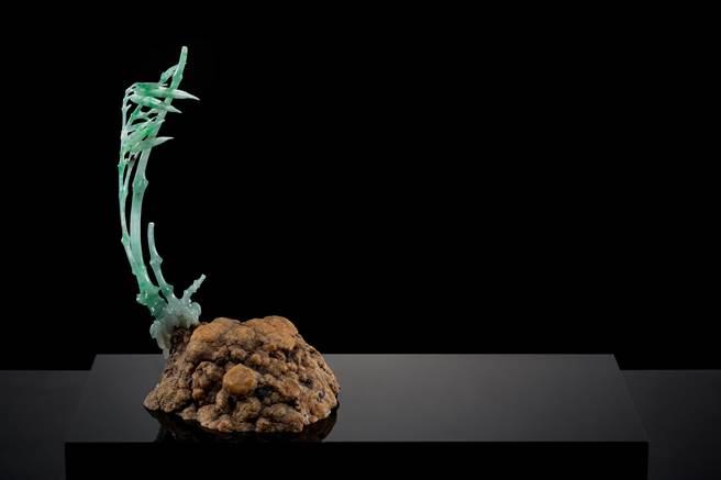 翡翠雕作「勁」,玉色和玉脈不規則的翡翠,化身為強風下堅毅不折腰的勁竹。(玉世家提供)