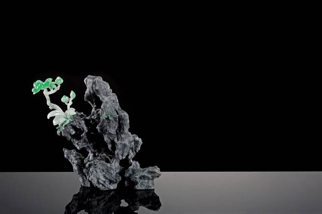 墨玉與翡翠雕作「獨領風騷」,黑玉為山崖,翡翠則化身傲然挺立山崖的綠樹,別具意境。(玉世家提供)