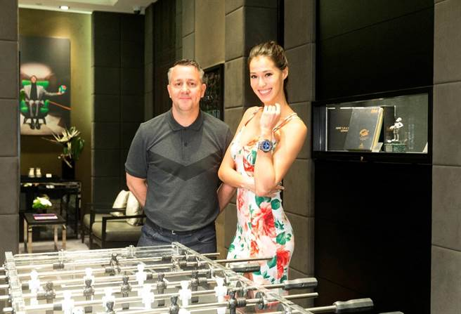 中華男足英籍教頭蓋瑞懷特(Gary White)現身台北101,與日巴混血模特兒Akemi一起替世足官方時計宇舶錶的「球王比利特展」揭開序幕。(宇舶錶提供)