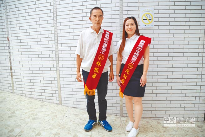 從事水電裝修工作的林振華(左)與五金代工業的越南籍的阮紅艷(右)是今年嘉縣模範勞工。(張伊珊攝)