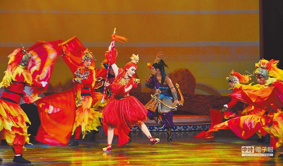 陳昭賢(中立者)將現代劇場手法加入傳統歌仔戲,讓老戲新生,備受好評。(風神寶寶兒童劇團提供)