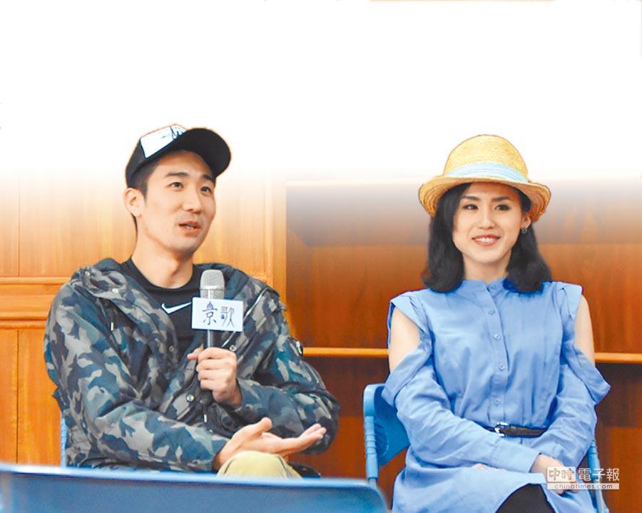大陸京劇老生楊正濃(左),和台灣歌仔戲小生陳昭賢(右)談起兩岸戲曲團隊經營差距大。(候青藝團提供)