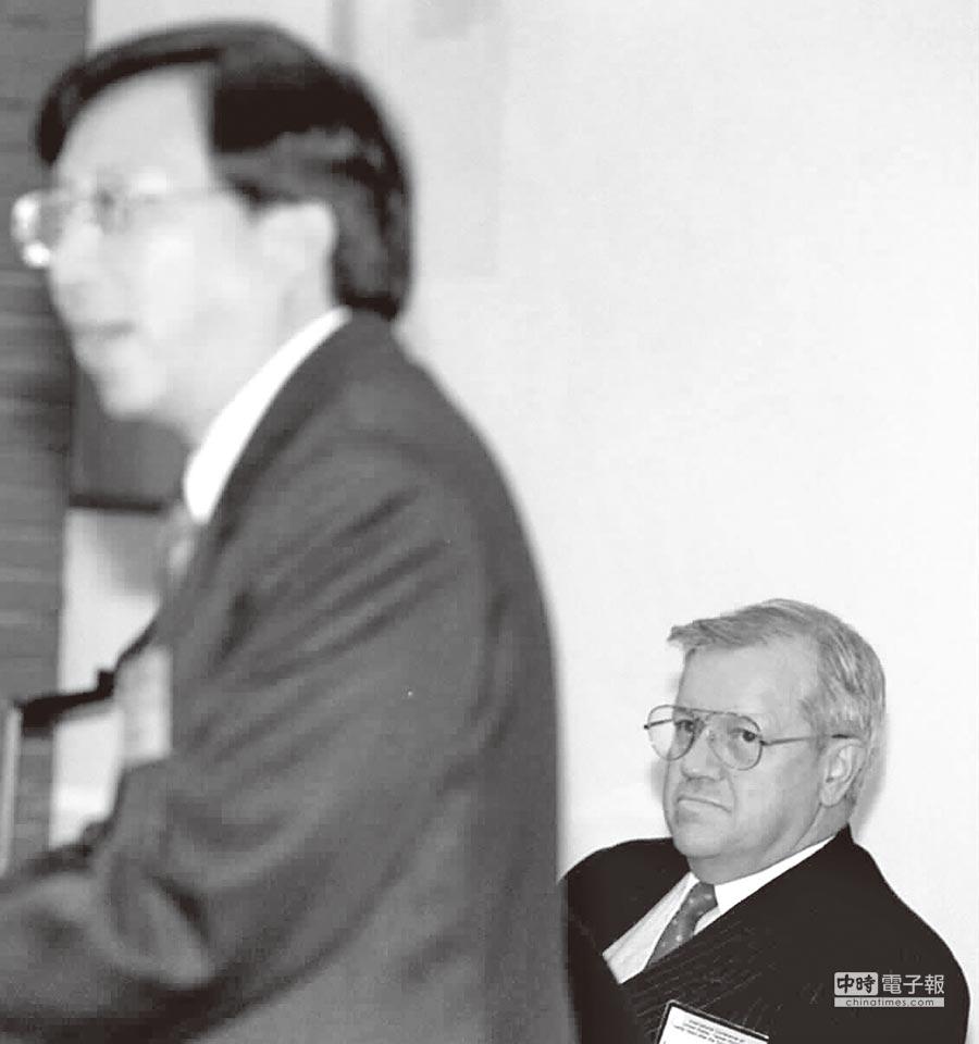 1999年,「《台灣關係法》二十週年國際學術研討會」,時任美國在台協會台北辦事處處長張戴佑參與開幕式。 (本報系資料照片)
