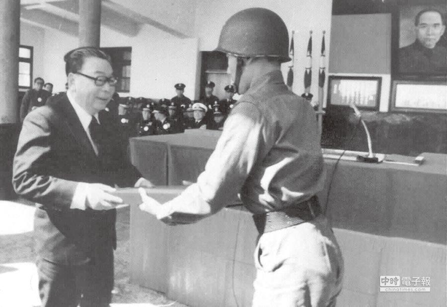 故總統經國先生於1978年接受成功嶺學生的效忠誓詞。(本報系資料照片)