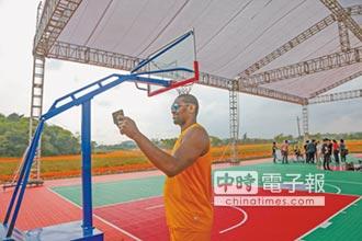 NBA前球星訪廣西 體驗繡球投籃