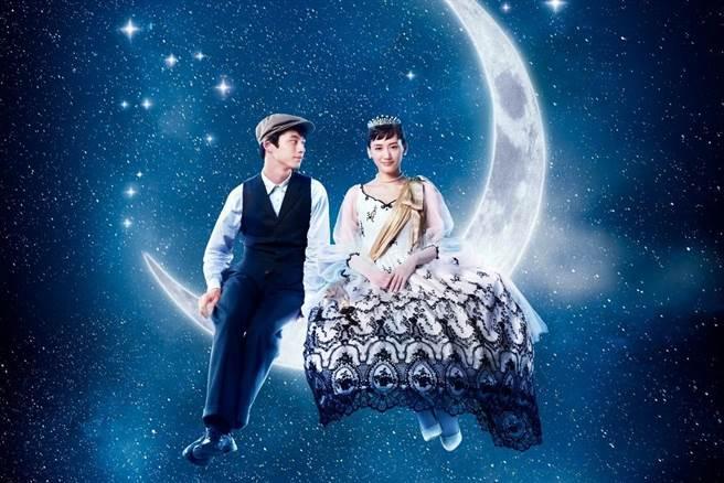 坂口健太郎(左)與綾瀨遙在《浪漫劇場》片中展開超乎想像的浪漫戀情。(采昌國際提供)