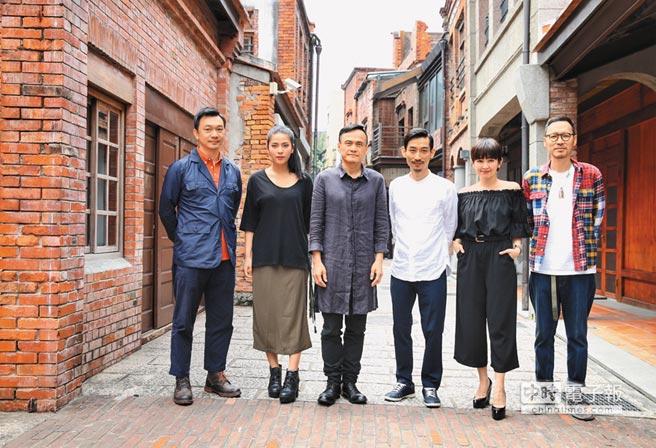 黃信堯(左起)昨攜雷婕熙、陳以文、陳竹昇、蔡燦得、張少懷,發表台北電影節廣告。(羅永銘攝)