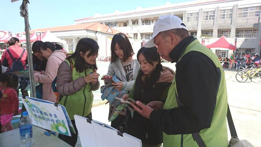台南市環保局推綠色消費,教導民眾使用環保集點APP。(洪榮志攝)