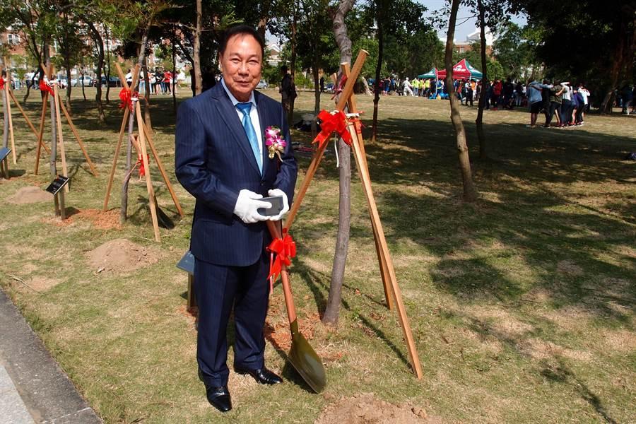 印尼僑領黃進益於2016年金大20週年校慶時,應邀在校園內植樹留念。(金大提供)