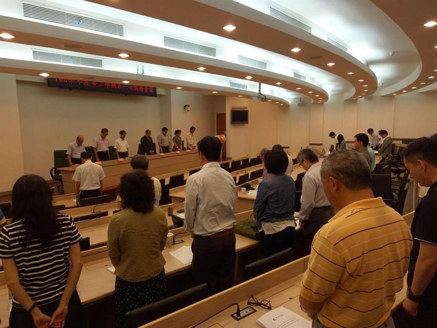 金大師生在今天的校務會議中默哀,追悼熱心故鄉教育的黃進益主席。(金大提供)