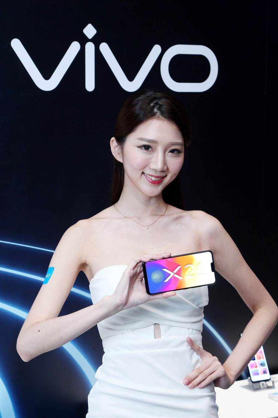 vivo新一代旗艦機「隱形指紋手機X21」正式登台,4日起於中華電信、台灣大哥大全省直營暨特約門市及加盟經銷商通路全面開賣,1萬6990元。