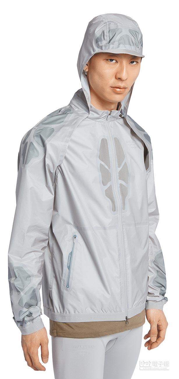 該系列能夠應對溫熱、急雨、潮濕等多種天氣狀況,Gyakusou連帽外套價格尚未公布,可以從一件長袖外套,變成透氣性能良好的背心,除了能在運動中,快速脫下衣袖和帽子收納起來外;三層防水布料也確保不會因為驟雨而中斷訓練。(Nike提供)