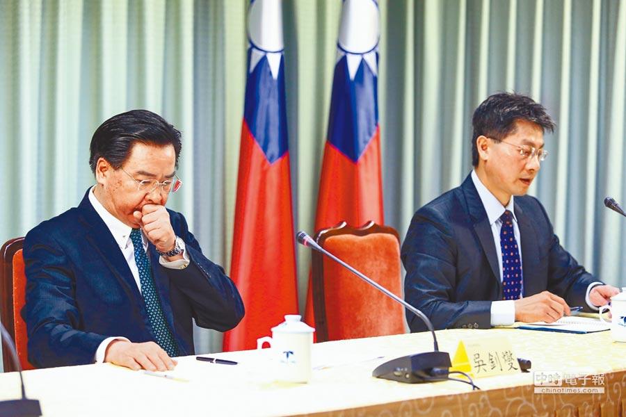 外交部長吳釗燮(左)1日緊急召開國際記者會,宣布我國與多明尼加斷交。(本報系記者鄧博仁攝)