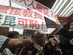 吳茂昆到立法院  被藍委包圍罵「小偷部長」