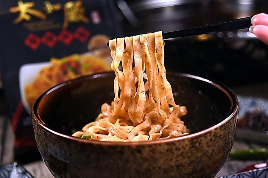 〈太和殿麻辣拌麵〉的麵體標榜是遵古法製作,口感彈Q、帶有麵香,且外煮亦不易斷裂,吸附太和殿招牌麻辣醬吃來過癮。(攝影/姚舜)