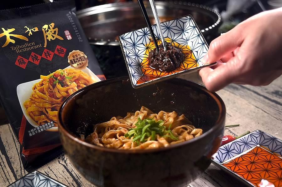 重口味的吃貨在家自煮〈太和殿麻辣拌麵〉,可以多加些麻辣醬拌入麵中,並灑些蒜花提香。(攝影/姚舜)