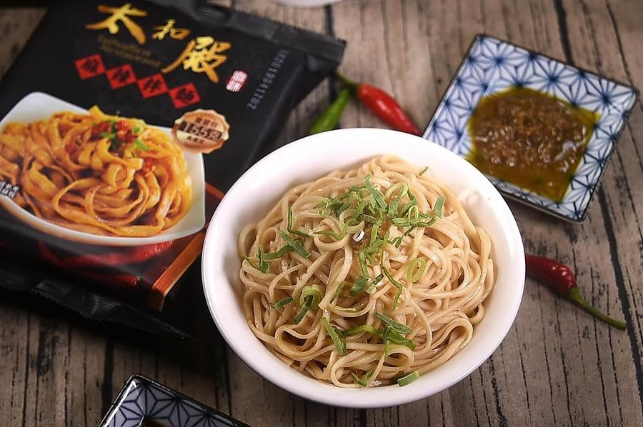 〈太和殿〉的「勁麻」口味拌麵,是以手工細麵搭配椒麻醬,所以包裝內只附2種料包。(攝影/姚舜)