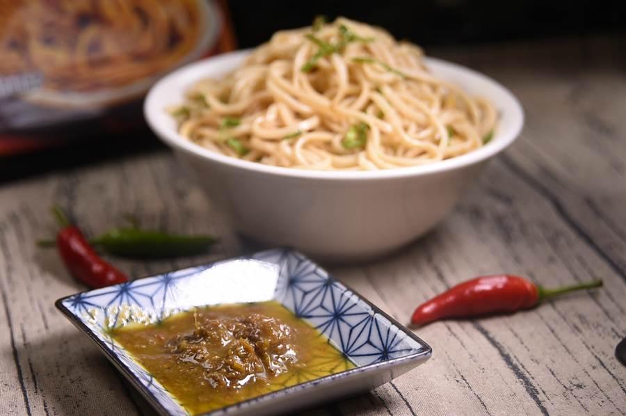 「勁麻拌麵」的青醬,主要是以新鮮青花椒、乾花椒,以及花椒油炒製,味道其實不辣,但卻「重度香麻」。(攝影/ 姚舜)