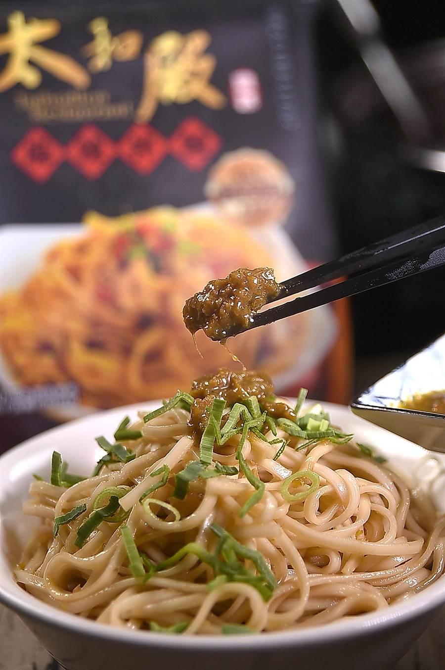 別小看了這青綠色的「勁麻醬」,拌麵時如果加多了,吃起來恐怕會「大舌頭」,所以〈太和殿〉決定以手工細麵搭配。(攝影/姚舜)