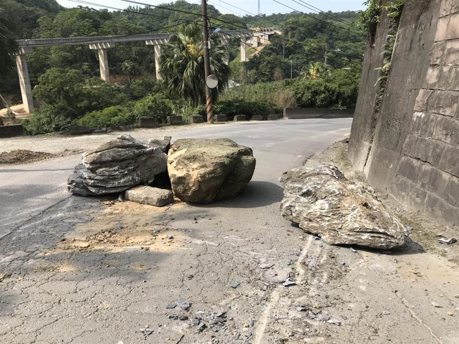 基隆市月眉路今年通報有坑洞的地點就有44處,還曾發生落石墜落地面,造成道路凹陷。(張穎齊攝)