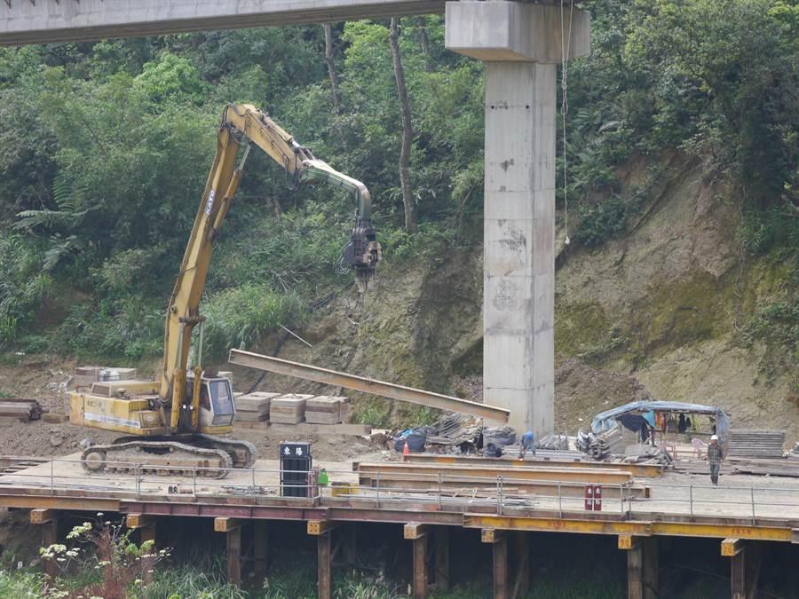 基隆市月眉路聯外道路工程持續延展,工人持續趕工中。(張穎齊攝)