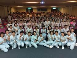 豐原醫院慶祝護師節 百位白衣天使點燈傳承