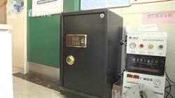 影〉女子偷保險箱半路累癱 不料只有100元3部老年機
