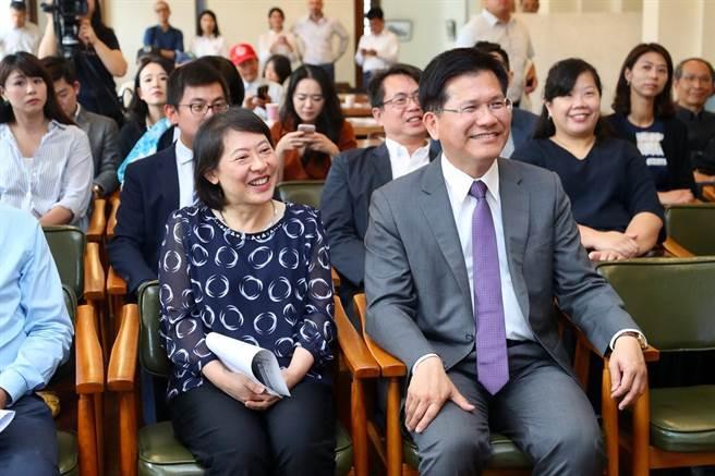台中市長林佳龍(右)、市長夫人廖婉如出席台中歐洲影展。(盧金足攝)