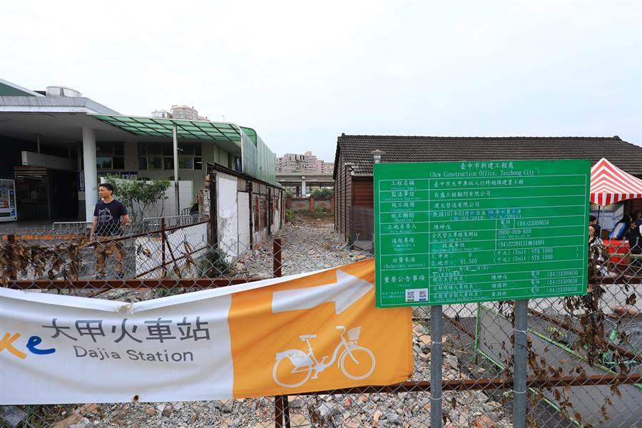 大甲火車站因鐵路阻隔,前、後站必須透過開車接送。(王文吉攝)
