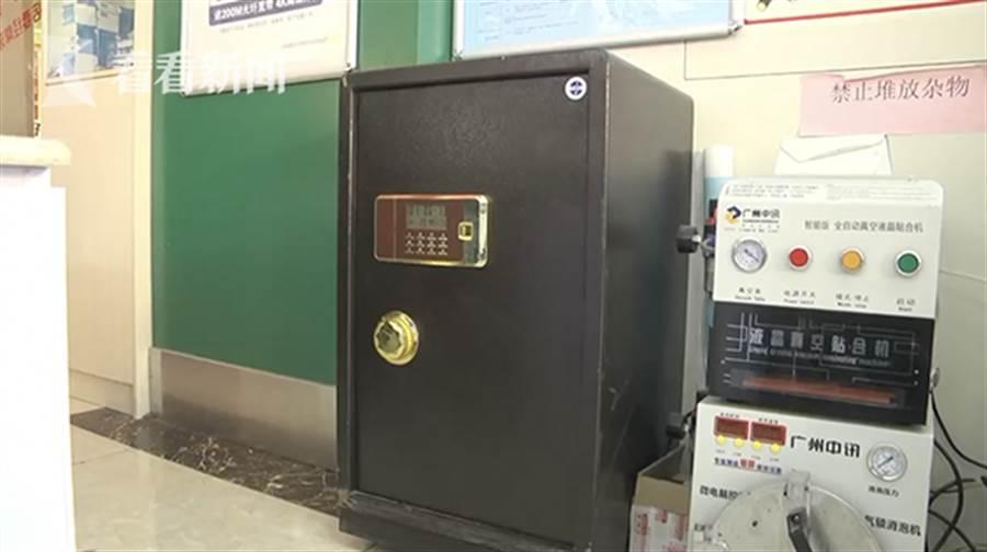 被偷走的保險櫃重達80市斤(40公斤)