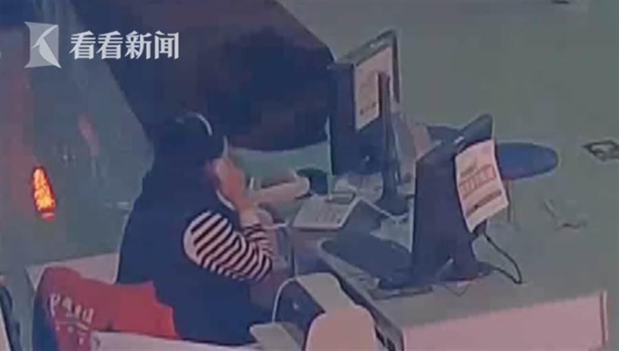 女子混入營業廳假裝工作人員