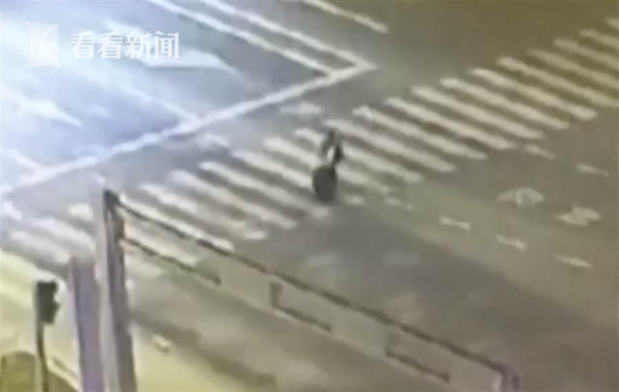 女子推保險櫃走了3、4公里路後體力不支,將保險櫃棄置廣場。