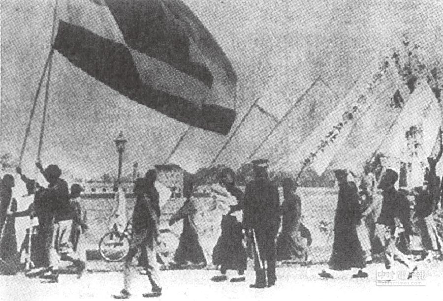 中國的民主自由風氣始於1919年的「五四運動」,圖為北大學生參與「五四」遊行。(本報系資料照片)