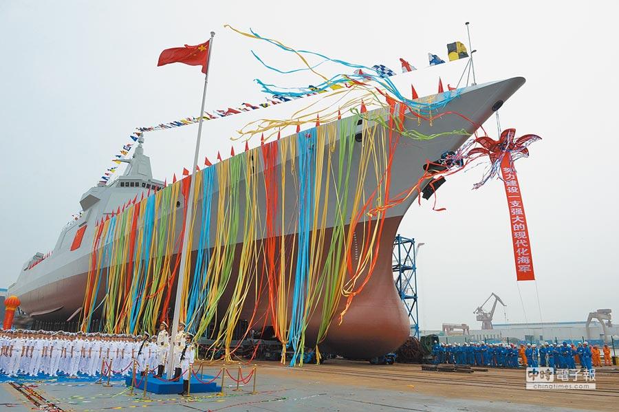 2017年6月28日,解放軍海軍055萬噸驅逐艦舉行下水儀式。(中新社)