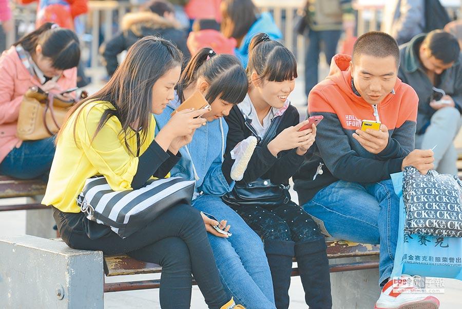 山西太原年輕人低頭玩手機。(中新社資料照片)