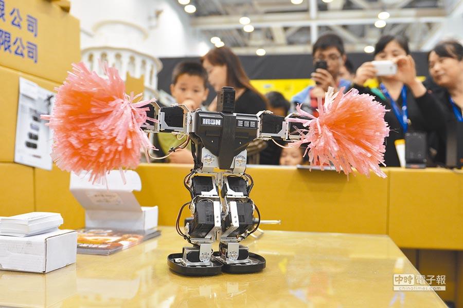 機器人伴隨著音樂起舞,吸引眾多民眾駐足觀賞。(中新社資料照片)