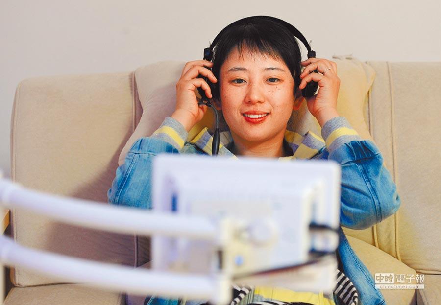 安徽大學大學生心理素質拓展中心音樂放鬆室,體驗者聽音樂放鬆心情。(新華社資料照片)