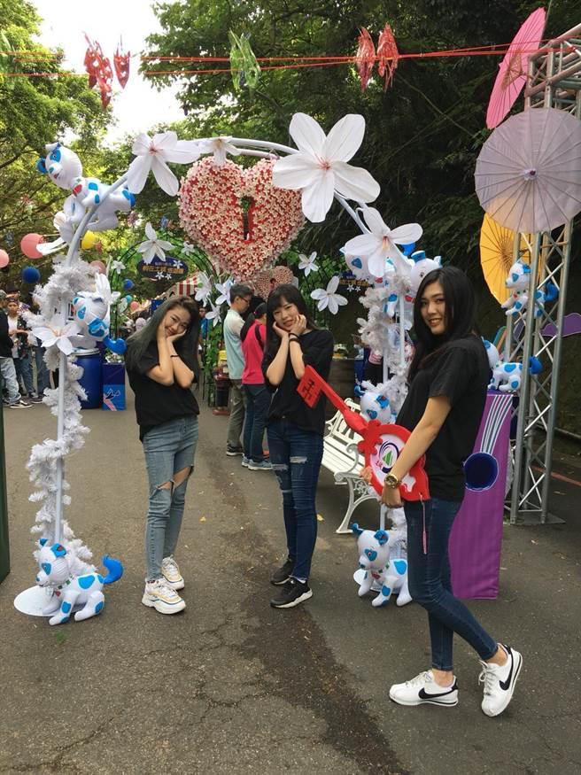 今年桐花祭會場入口的愛心桐花拱門吸引許多民眾拍照打卡。(陳俊雄攝)