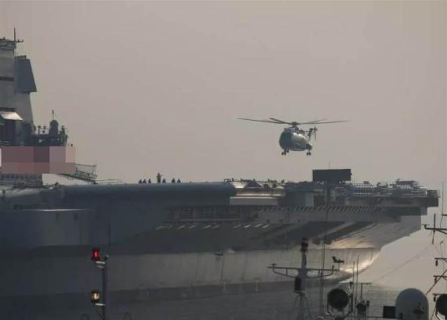 一架直18改進型直升機被拍到在大陸首艘國產航母的甲板上升降。(網上圖片)