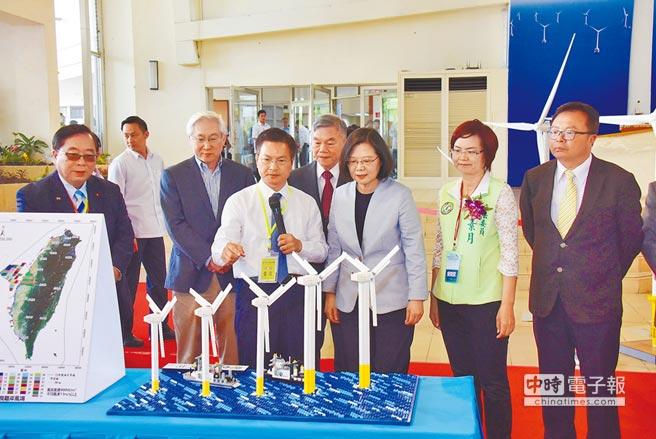 蔡英文總統昨到彰化參加離岸風電誓師大會,縣長魏明谷說明彰化外海投資狀況。(吳敏菁攝)