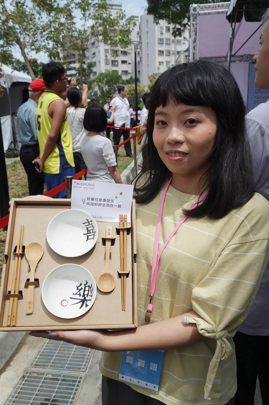 劉宛諭代表安康社宅住戶接受林佳龍致贈碗筷紀念品。(王文吉攝)