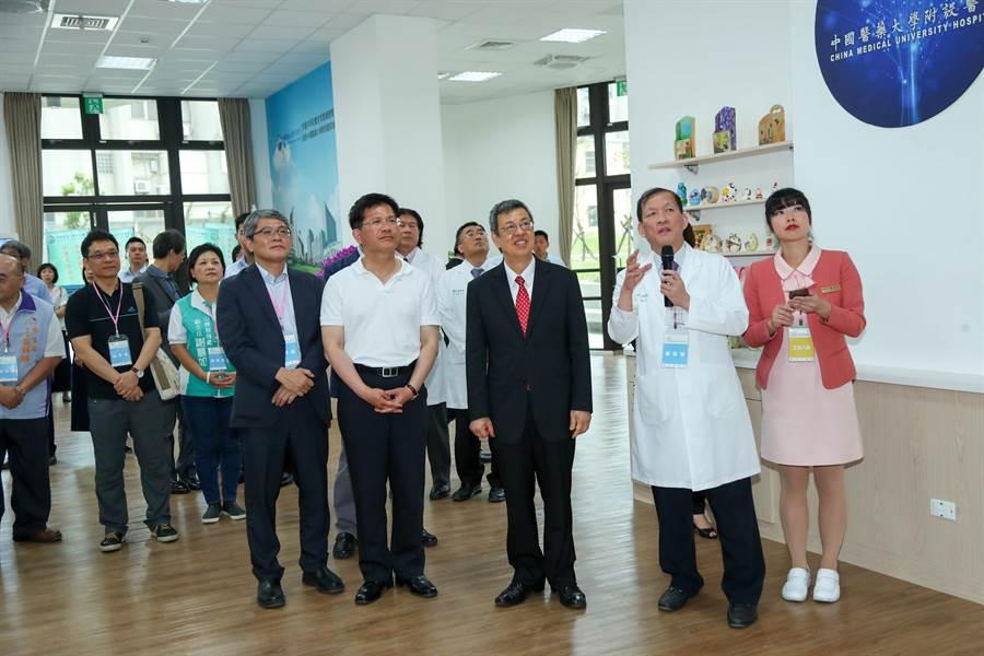 副總統陳建仁(前排右三)在台中市長林佳龍(前排右四)旁陪同下,參觀安康共好社宅的在地保健室。(王文吉攝)