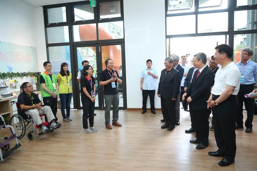 副總統陳建仁參觀安康共好社宅的好鄰安康店。(王文吉攝)