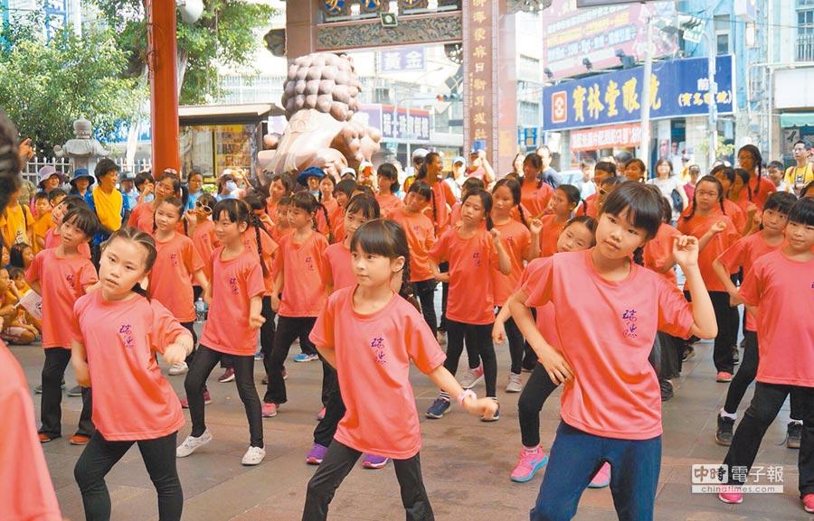 學生們抵達慈濟宮後,展現他們社團練習成果,呈現瑞穗多元豐富的社團活動。(陳世宗翻攝)