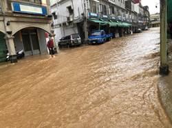 雷雨轟炸金門島 多條街道驚見滾滾泥流