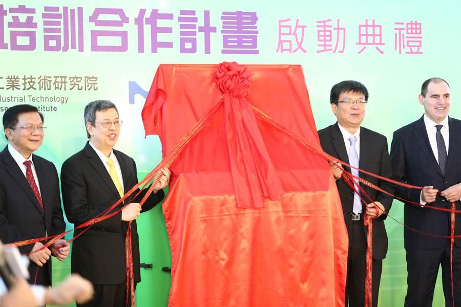 副總統陳建仁(左二)等人出席生技製藥產程研發暨培訓合作計畫揭牌儀式。(徐養齡攝)